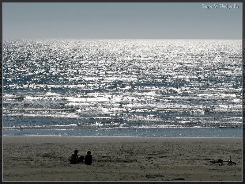 Дети на берегу океана