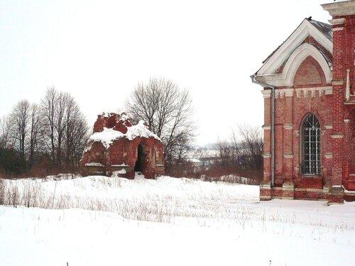 Слева - фамилиный склеп Кожиных. Разорён крестьянами