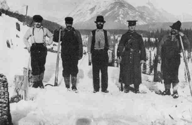 Украинцы в лагере для интернировнных Оттер-Крик, Британская Колумбия 1916.