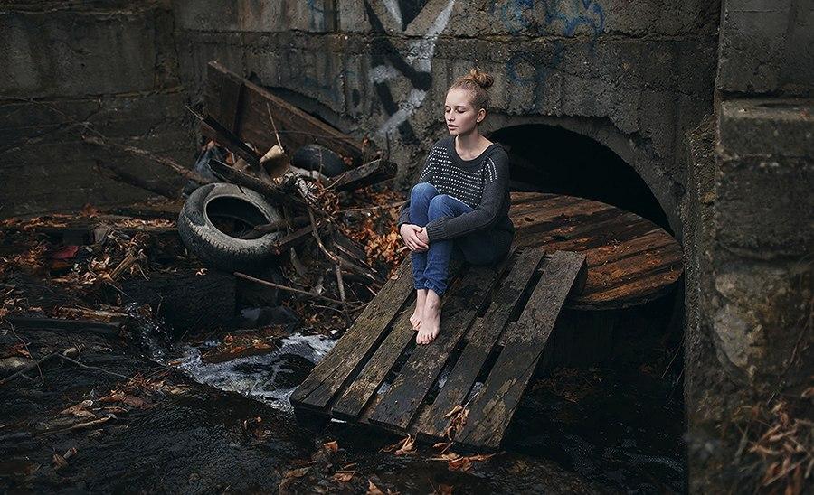 девушка возле мусора