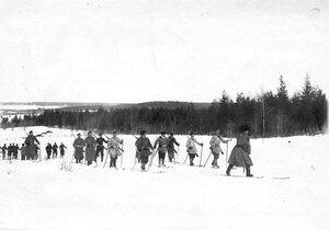Группа солдат и офицеров лейб-гвардии Семеновского полка на лыжах на учении в бригаде.