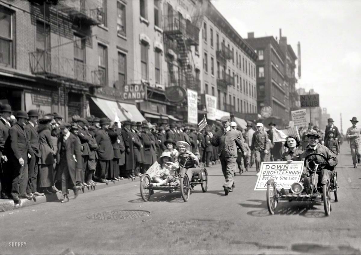 Веломобили, движущиеся в колоне забастовщиков, протестующих против установления высоких цен на спецодежду (Нью-Йорк, 1920 год)