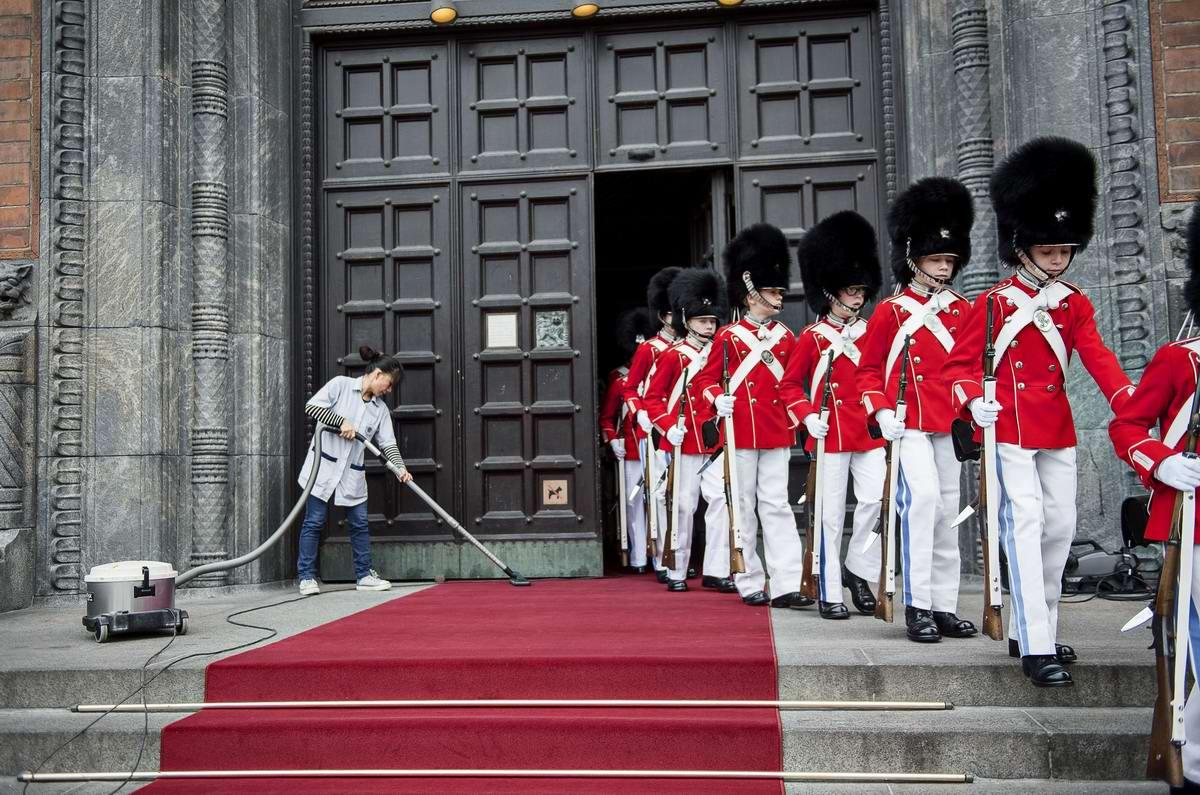 Уборщица и колонна стойких неоловянных солдатиков: Утро во дворце королевы Дании