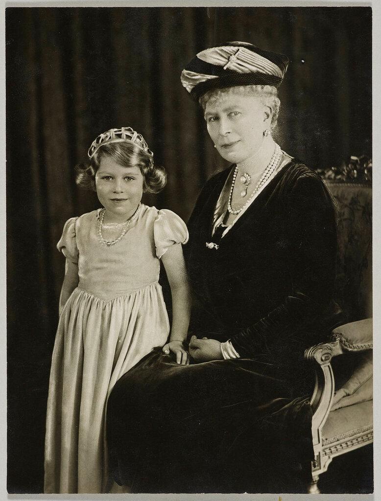 Королева Мария с принцессой Елизаветой Йорка, позже королева Елизавета II  24 октября 1931 года