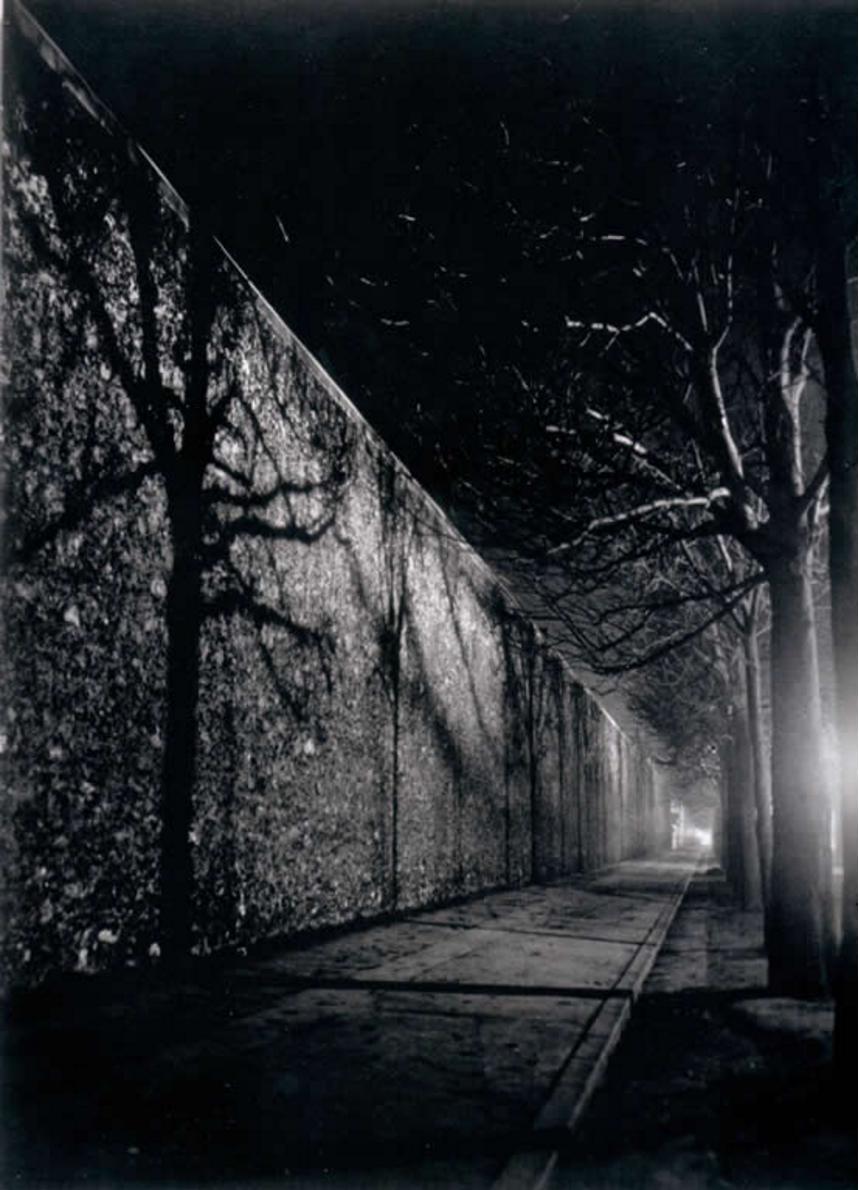 1932. Стена тюрьмы Санте, бульвар Араго, Париж