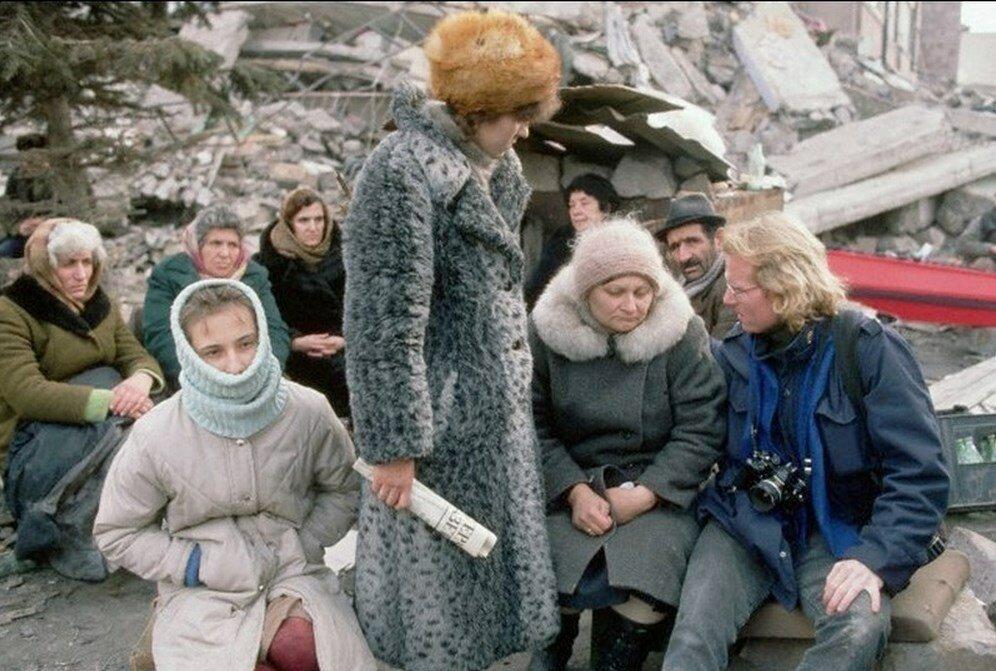 1988. Армения. Питер Тернли разговаривает с выжившими в землетрясении