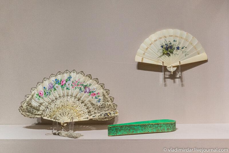 Веер «Гирлянда цветов». Австрия. 1860-е годы.  И Веер-бризе «Фиалки и незабудки». Германия. 1870-е годы.