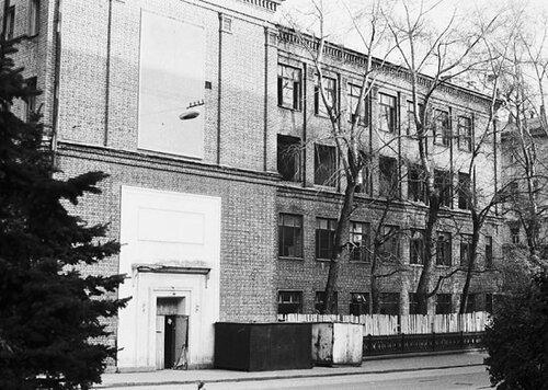 Здание школы имени Некрасова, построенное на месте снесенной церкви Харитона в Огородниках. Фото Ю. Иванова 13.10.91 год