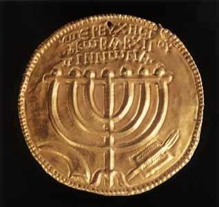 С возникновением независимого государства Хасмонеев начинается история еврейских монет. На них, в соответствии со второй заповедью из десяти основополагающих, не было изображений животных и людей.  На монетах, относящихся к эпохе Антигона II Матитьяѓу, по