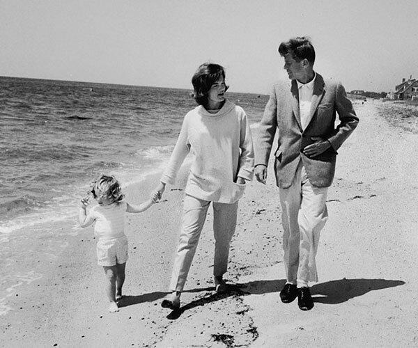 Джон и Джекки с ребенком на берегу