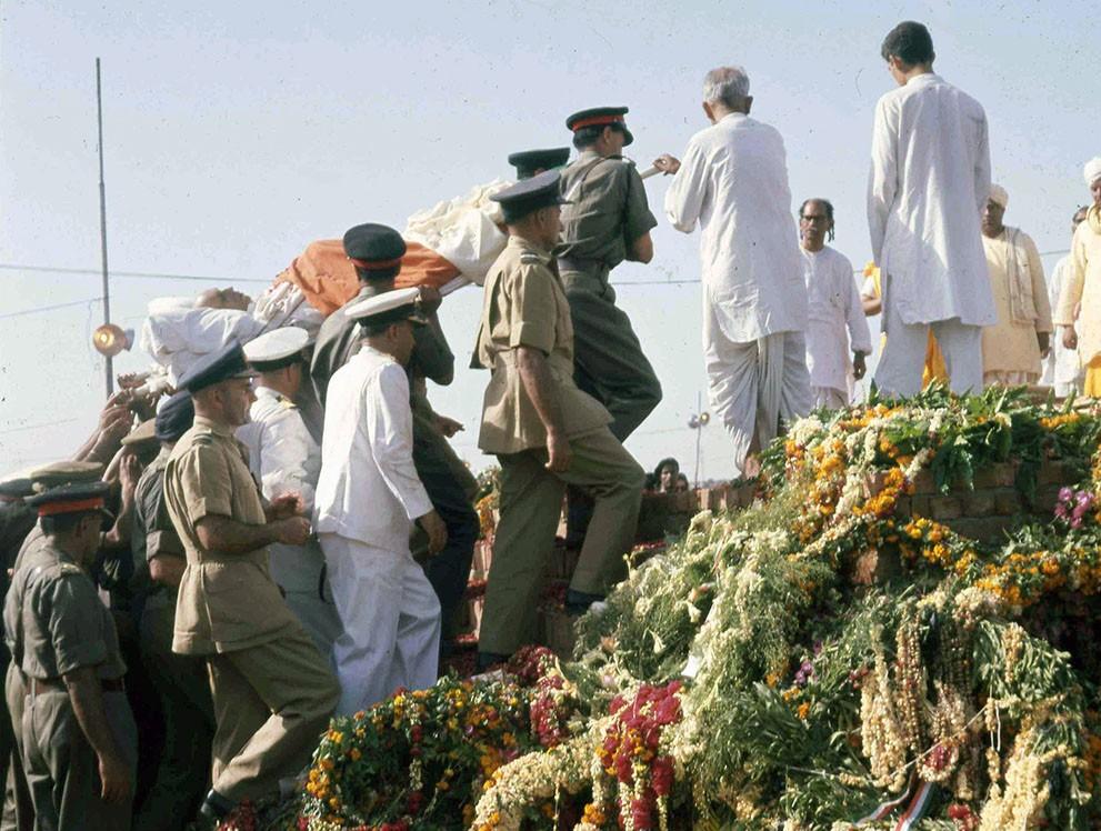 Тело премьер-министра Индии Джавахарлала Неру возносится на погребальный костер на берегу реки Джамна в Нью-Дели, Индия, 29 мая 1964 года.jpg