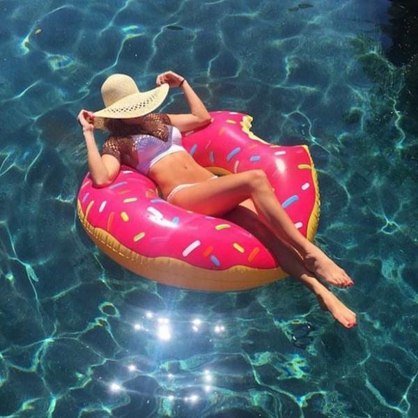 Лето, не уходи: красотки в купальниках