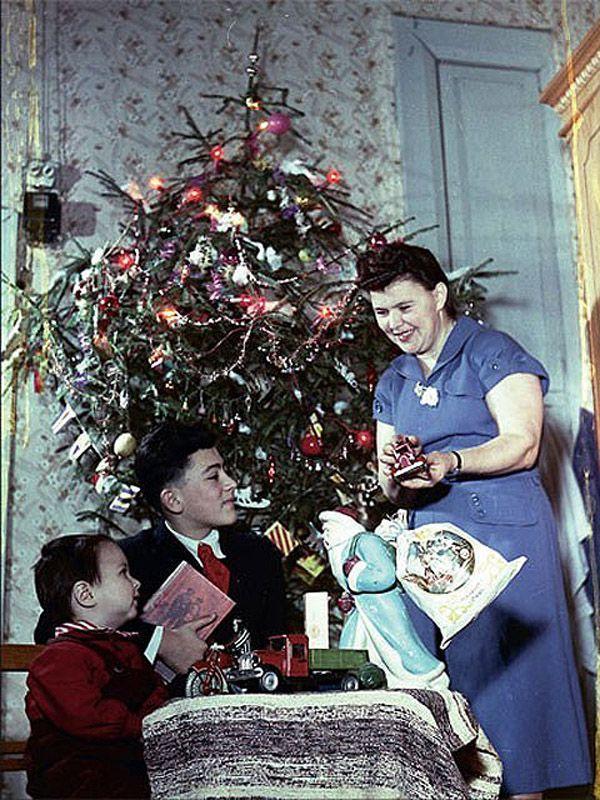 5. Знаменитый фотограф Эммануил Евзерихин запечатлел свою семью у елки, 1954 год.