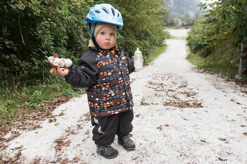 ребенок в шлеме в велопоходе