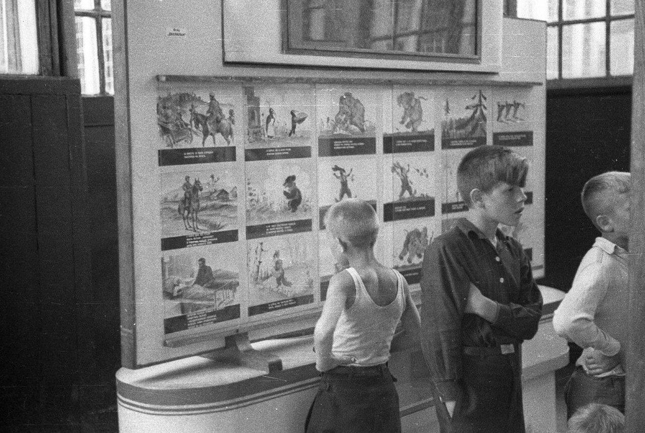 12. Детский городок. База пионеров и школьников. Дети разглядывают рисунки