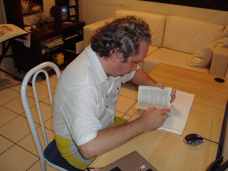 Бегемот читает