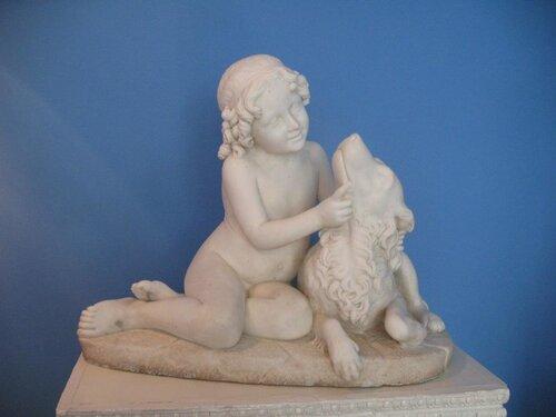 В музее парка. Мальчик играет с собакой