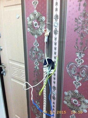 А здесь выключатель соседствует с домофоном