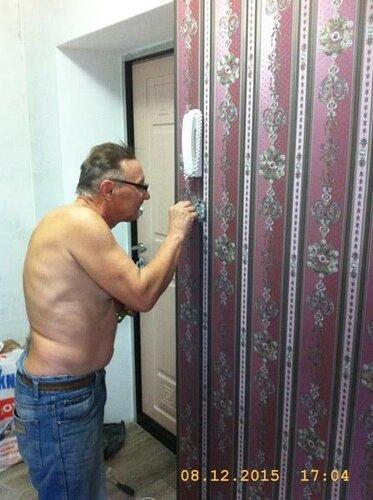 Боец смешного стиля на входе в квартиру