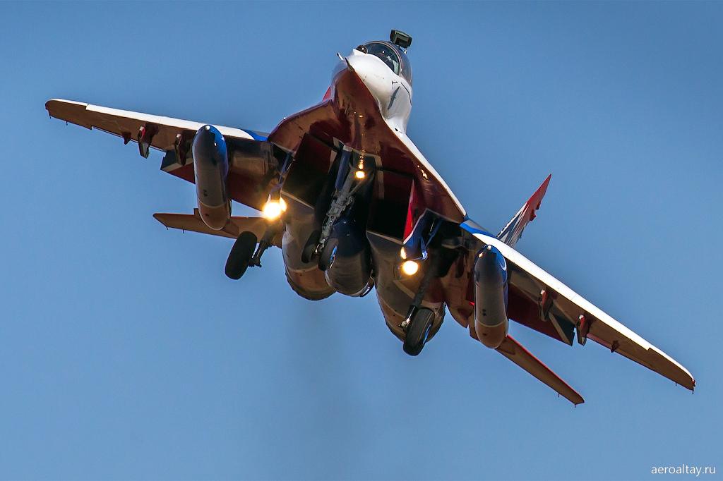 Пилотажная группа Стрижи прилетела в Барнаул