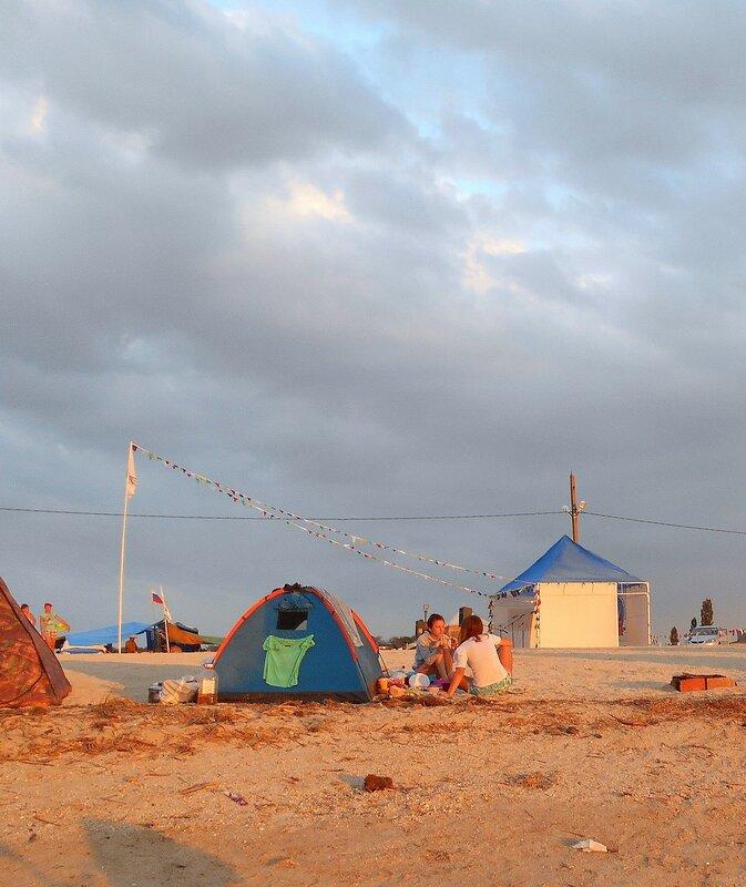 У палатки, рядом со сценой ... DSCN0072.JPG