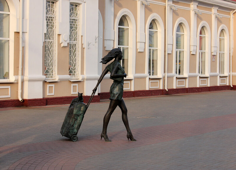 Скульптура девушки с кошкой на чемодане у станции Молодечно