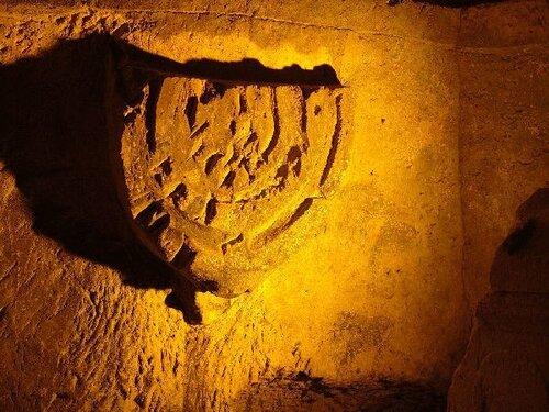 Изображение Меноры, в одном из подземных коридоров Бейт Шеарим