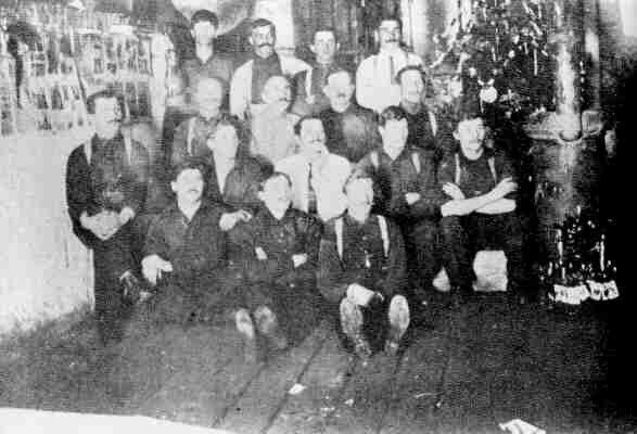 Скалюк и другие украинские канадцы в Форт Генри в лагере для интернированных, Кингстон, 1916.