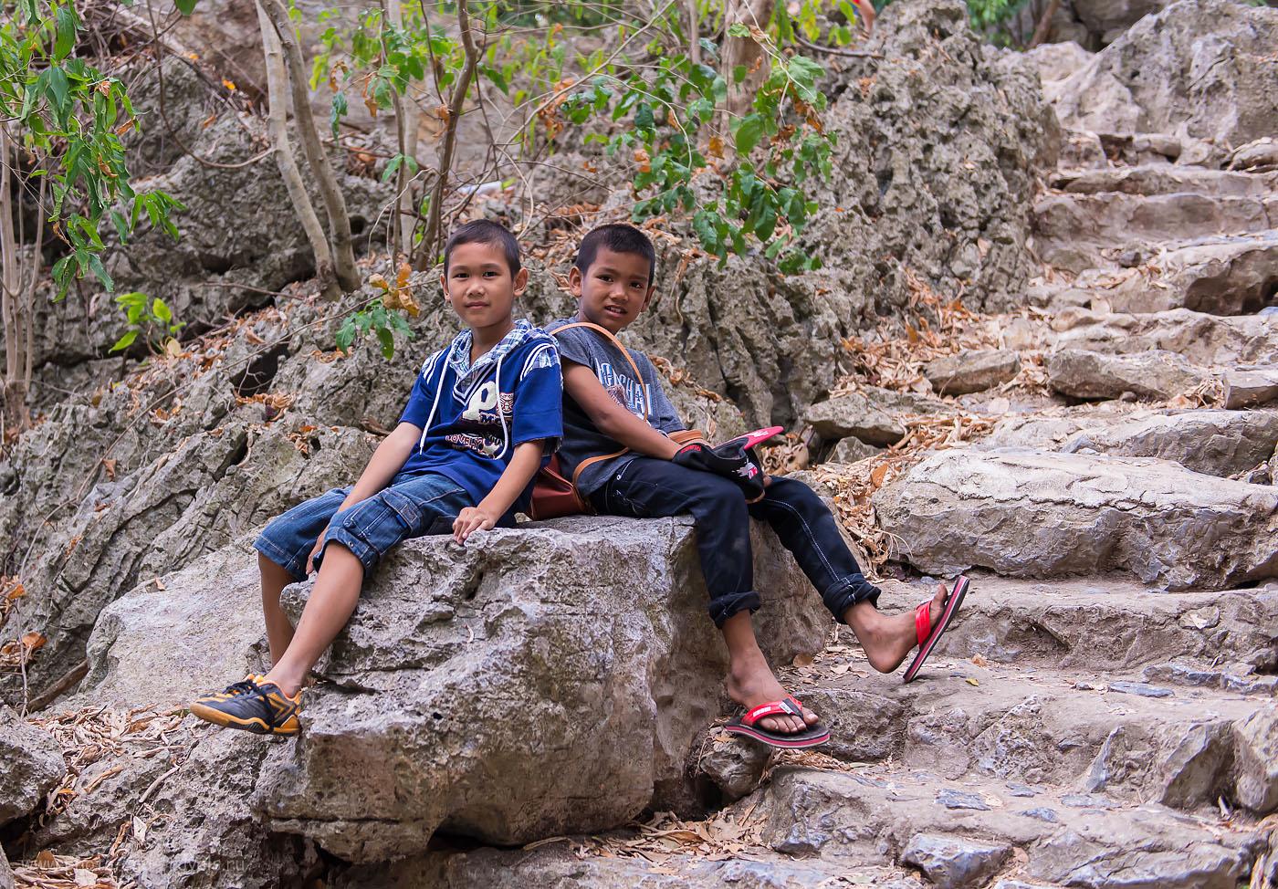 Фотография 21. Ходили два товарища. Ага... Отзывы туристов об экскурсии в пещеру Прайя Накхон в национальном парке  Као Сам Рой Йот в Таиланде. Тур на машине по окрестностям Хуахина (1000, 42, 3.2, 1/400)