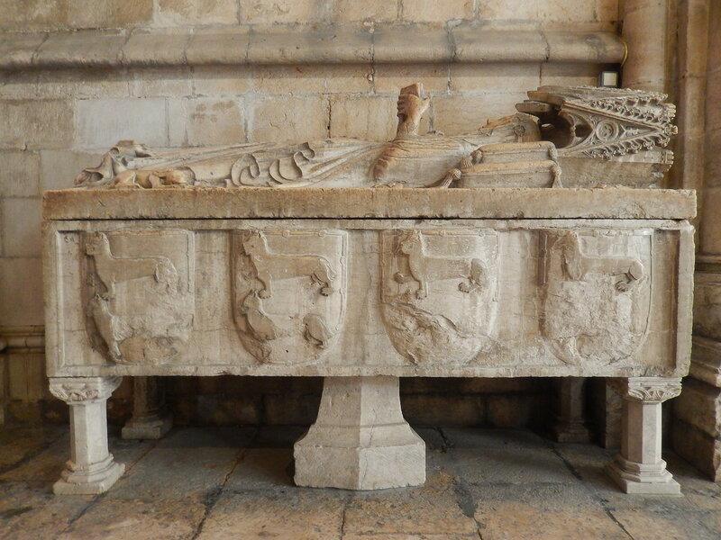 гробница жены Пашеку Марии де Вилалобуш с часовником в руках