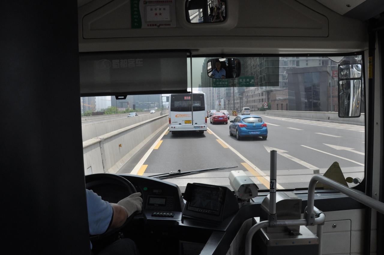 Автобусы двигаются по выделенной полосе