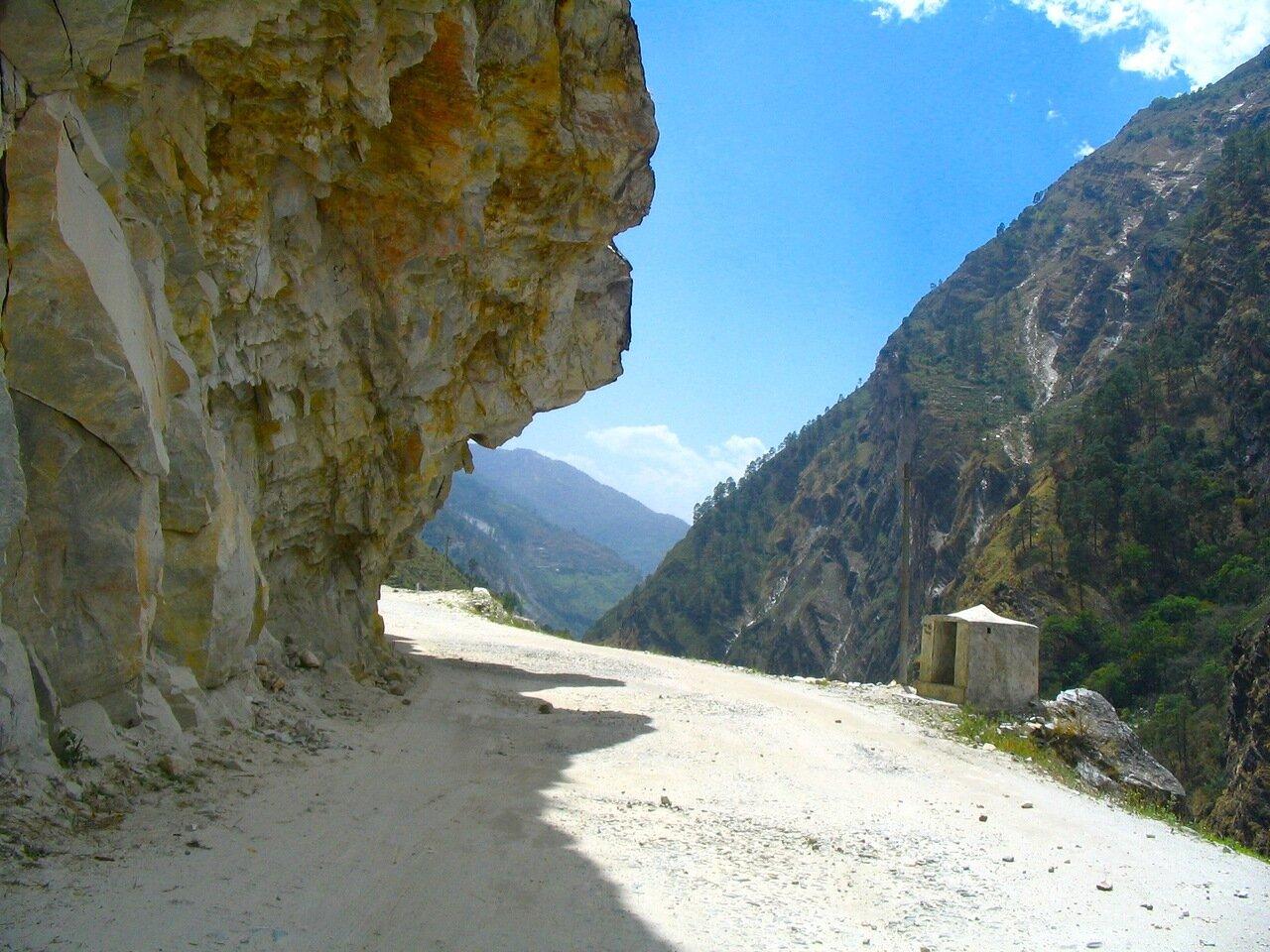 Скалы, дорога вдоль святых мест