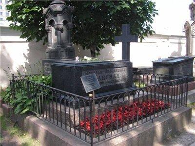 """На памятнике выбита только одна фамилия: """"Ланская""""."""
