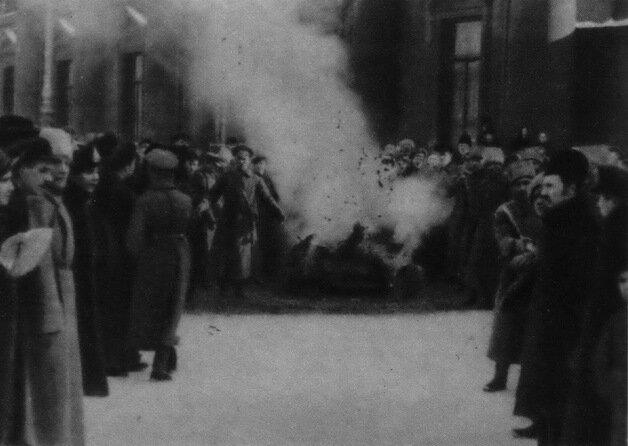 Сожжение царских эмблем на Невском проспекте