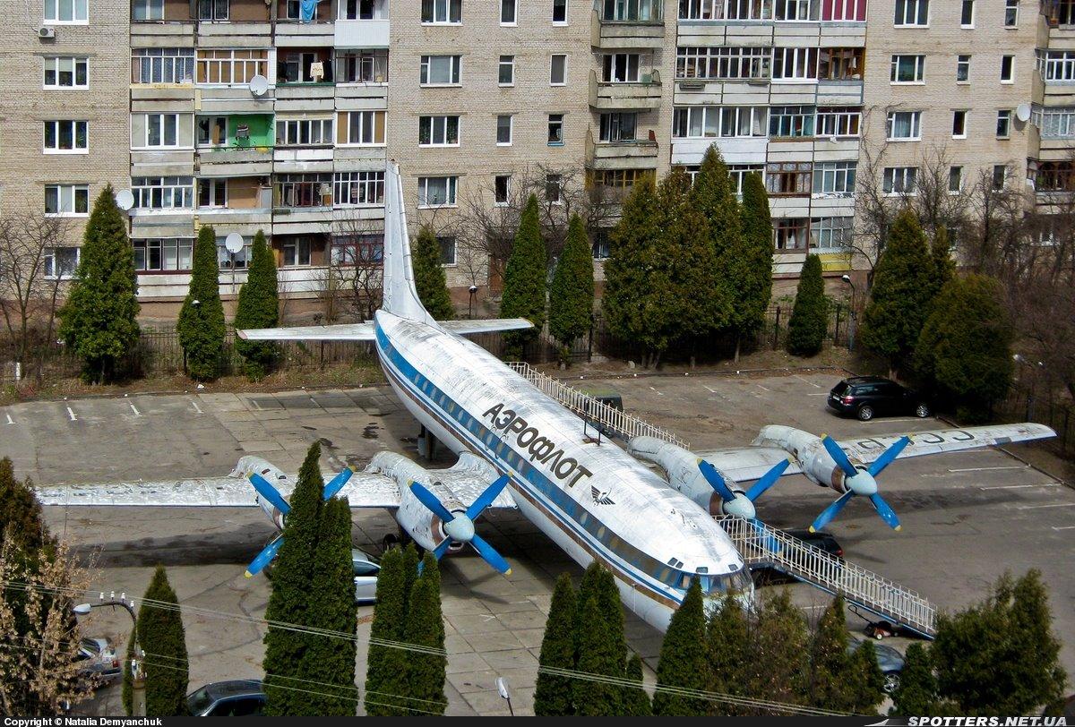 Самолет во дворе