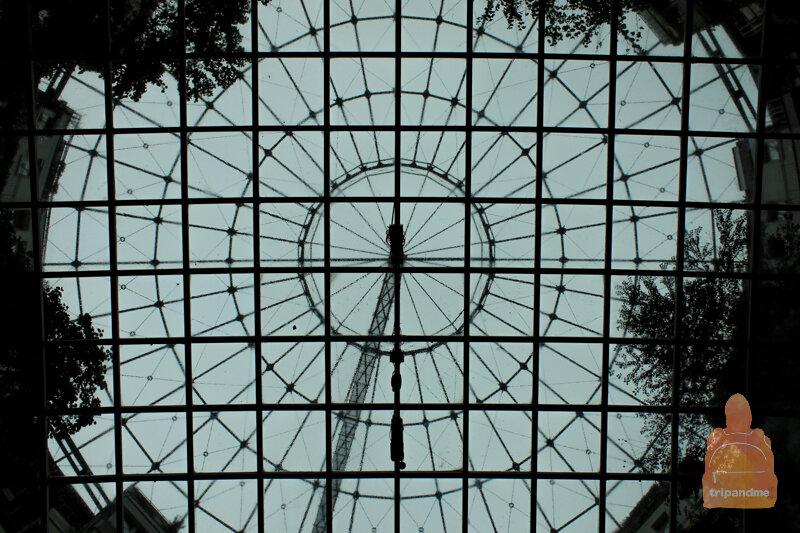 Вид на стеклянную крышу в газометрах