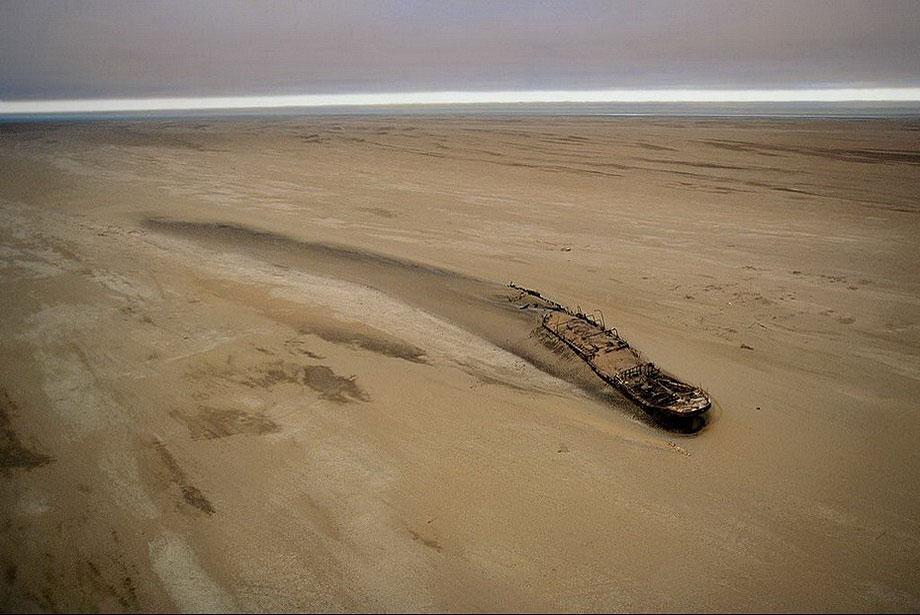 """5. Судно """"Эдуард Болен"""", севшее на мель у Берега Скелетов в Намибии 5 сентября 1909 года."""