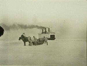 ЛедоколБайкал пробивает канал во льду