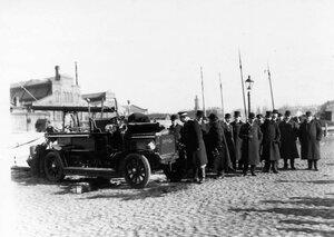 Осмотр пожарного автомобиля системы Коммер - кар, демонстрируемого у товарных складов Адмиралтейского завода.