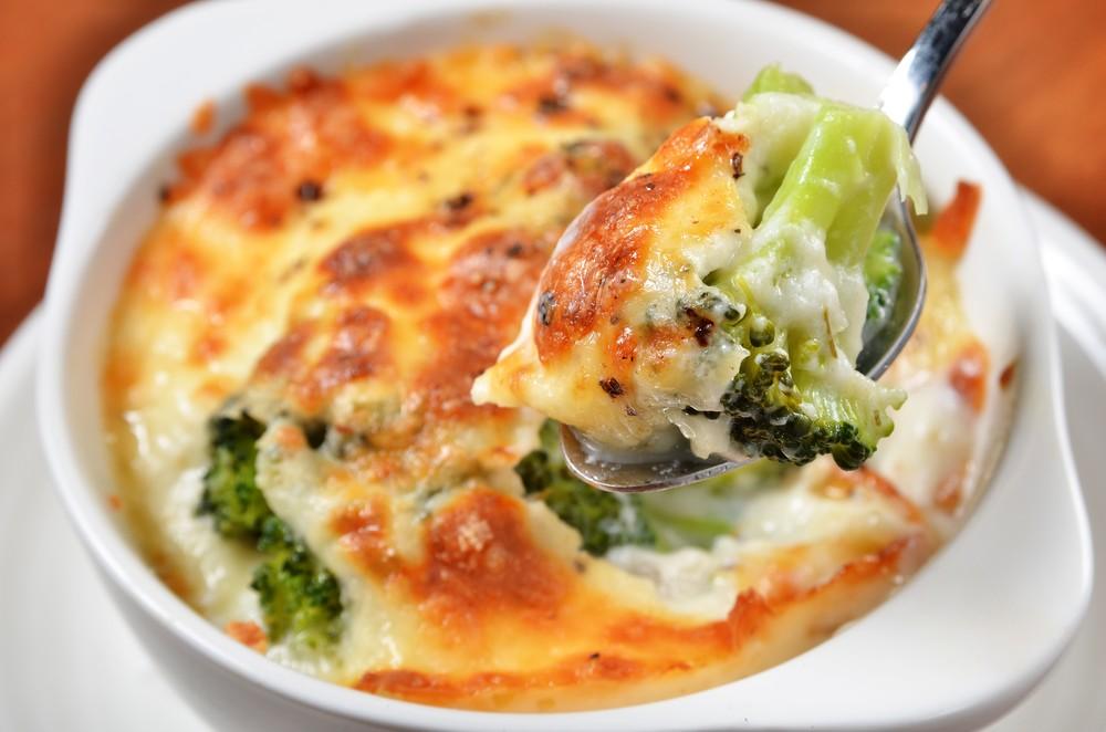 Запеканка с брокколи и сыром Ингредиенты: 500 г брокколи 5 яиц 300 г сметаны 200 г твердого сыра 2 с