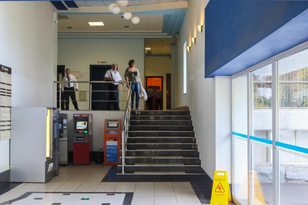 В холле лестница — поднимаемся по ней и проходим вперед. Вторая дверь справа — место, которое гордо