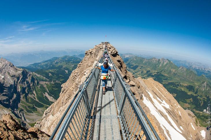 Это не только единственный в мире мост, соединяющий две горных вершины на высоте трёх километров.