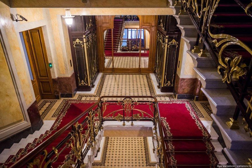 27. В доме «Зингер» еще удивительной красоты лифты и лестница.