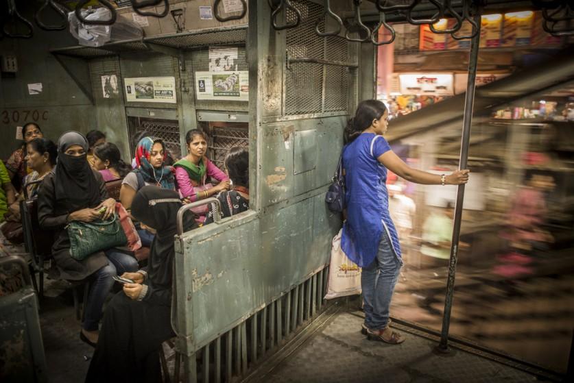 «В Мумбаи пригородными поездами ежедневно пользуются миллионы людей. Почти в каждом поезде есть отде