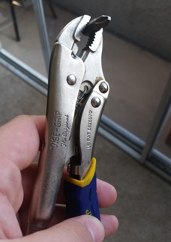 6. Используй кусачки для ногтей в качестве рычага для маленьких отверток