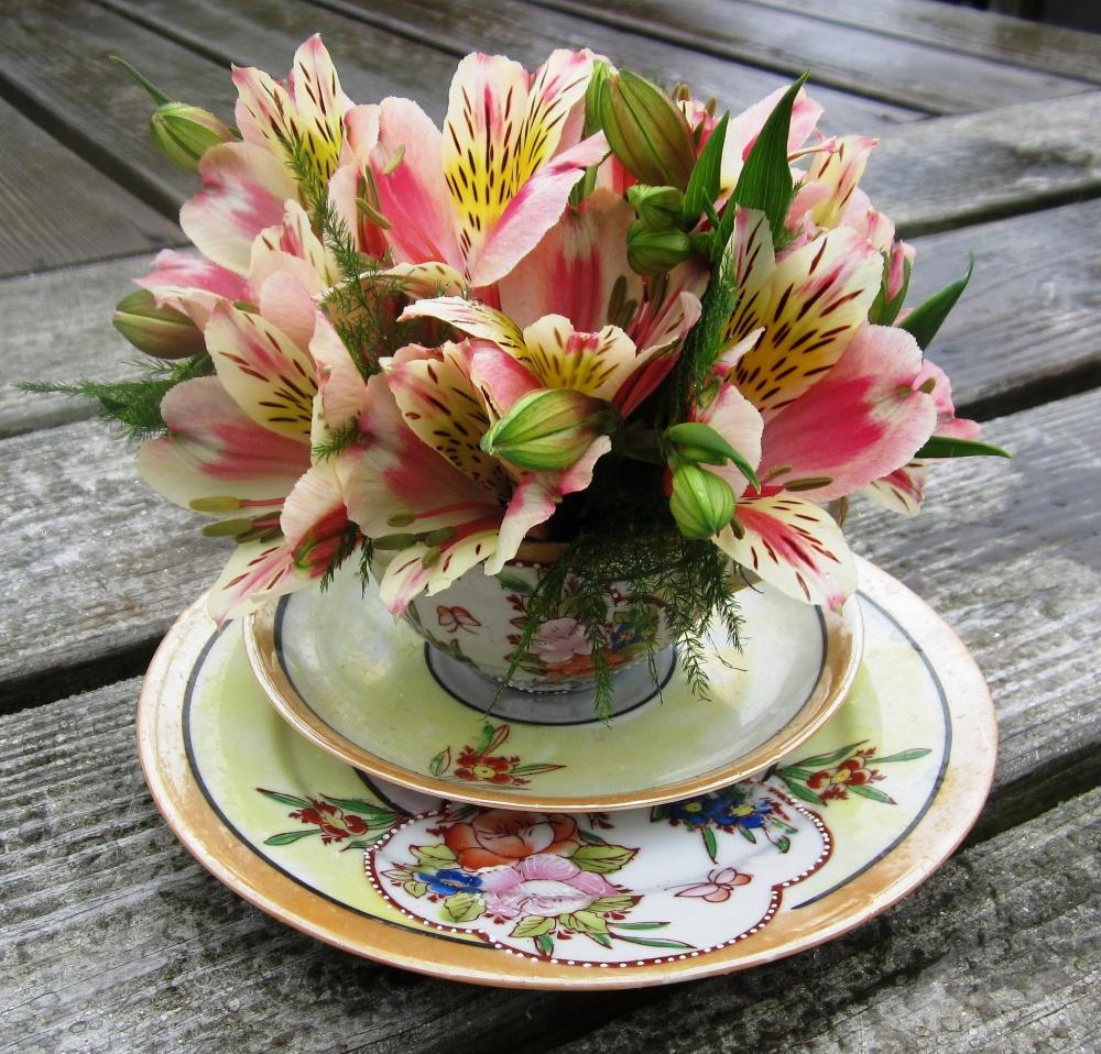 Яркие цветы, расположенные вчайных или кофейных чашках, способны поднять настроение иукрасить небо