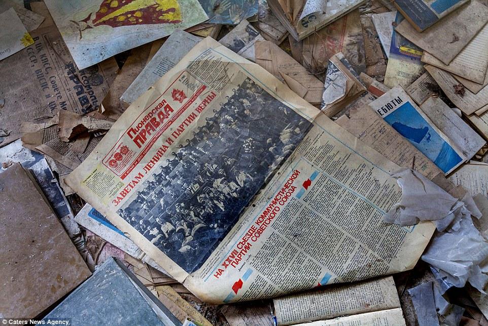 Книги и газеты в беспорядке разбросаны по полу как немое напоминание о том, что когда-то Припять был