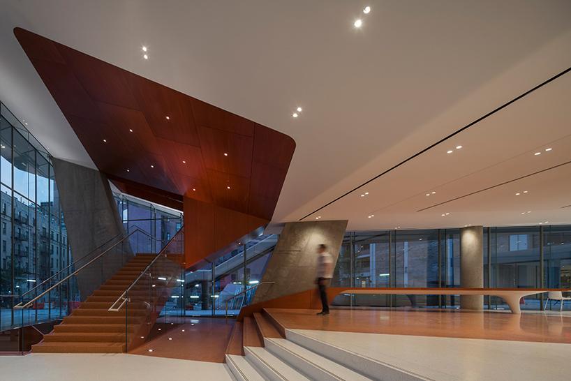 Здание представляет собой башню с каскадными этажами ассиметричной формы. Акцент сделан на фасад с х