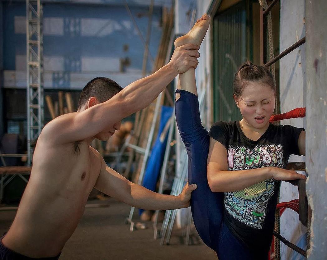 Быть в образе: тяжелые будни вьетнамских циркачей (19 фото)