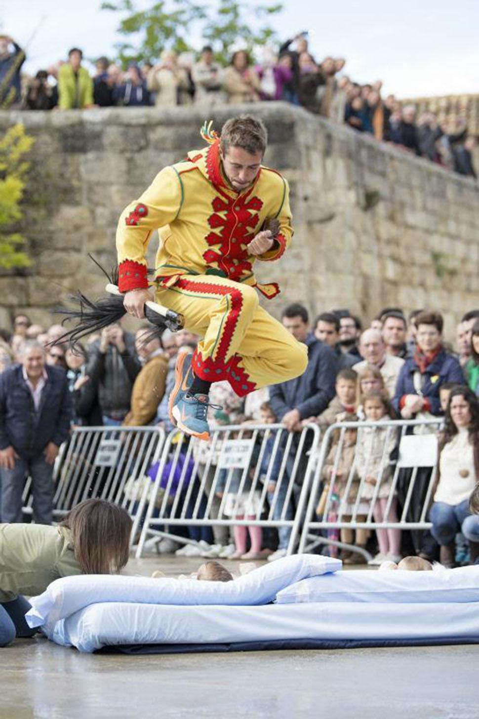 Сам прыжок был актом очищения в рамках ритуала, но, поскольку перепрыгивание через младенца не счита